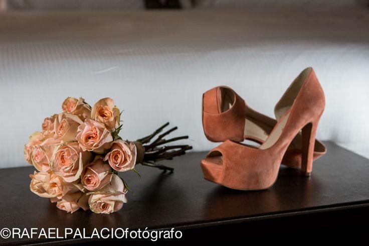 bouquet de rosas color melocotón a tono con los zapatos de la novia