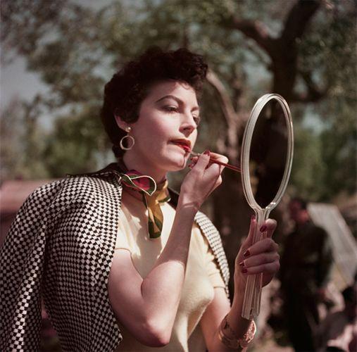 ROBERT CAPA | Ava Gardner en el set de la Condesa Descalza, Tivoli, Italia], 1954. © Robert Capa / Centro Internacional de Fotografía / Magnum Fotos.