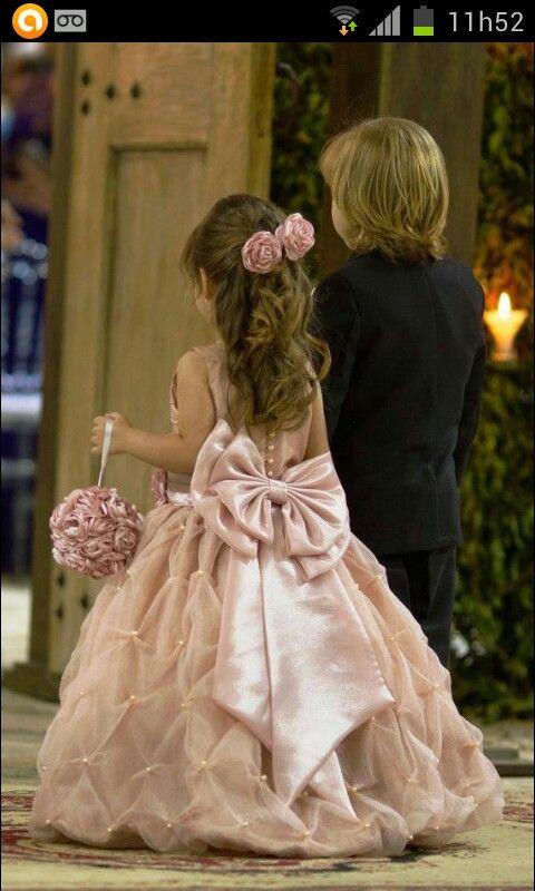 Pra essa lindaaaaa bonequinha nao precisava mais do que essa fofa topiaria de flores no mesmo tom de cor do seu vestido. ♡☆♥★♡☆
