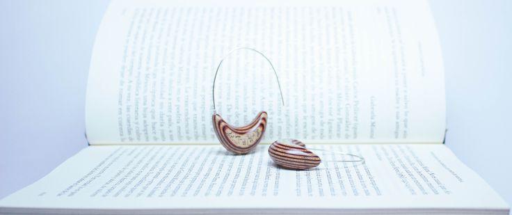 Joyas de papel. Aros hechos con hojas de libros reutilizados y papeles de colores de descarte. Metal plata 950