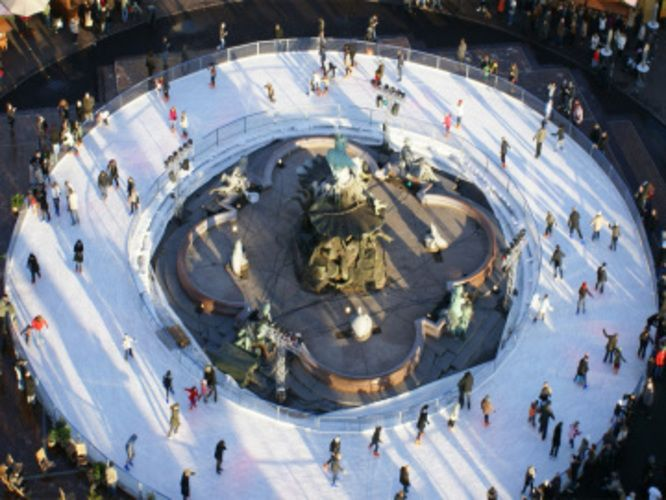 Auch 2014 entfaltet sich vom 24. November bis 28. Dezember auf dem Platz vor dem Roten Rathaus ein ganz spezieller Weihnachtszauber. Während kleine und große Schlittschuhläufer auf der 600 qm großen Eisfläche ihre Runden ziehen, blinken im Hintergrund die Lichter der Weihnachtsmarkt-Buden und des Riesenrads.  Ein besonderes Vergnügen für Kinder ist Eisbär Sven, der in seinem Kostüm stündlich dafür sorgt, dass die Eisbahn auch richtig schön glatt poliert ist.