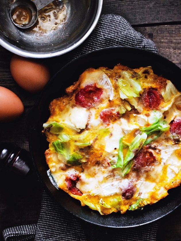 野菜を卵とチーズでふんわり閉じたおいしいオムレツ。切り分けてサンドイッチにするのもおすすめ。|『ELLE a table』はおしゃれで簡単なレシピが満載!