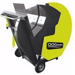 Couper du bois pour l'hiver avec OOGarden. Modèle électrique cadencé à 3000W, cette scie circulaire est idéale pour les bûches de 21 cm de diamètre.  Lame en carbure de tungstène de 60cm pour une coupe nette. Equipée de roue, cette scie se déplace à volonté.