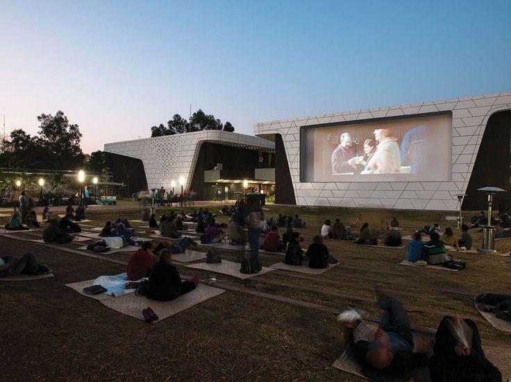 Cine al aire libre en CDMX que van desde el autocinema, la cineteca, el lanchacinema, funciones en la azotea del Barrio Alameda y el Corredor Salamanca