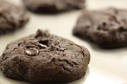 Suivez cette recette pour réaliser des cookies tout chocolat délicieux et croquant. Facile à faire et rapide, régalez vous chez vous !