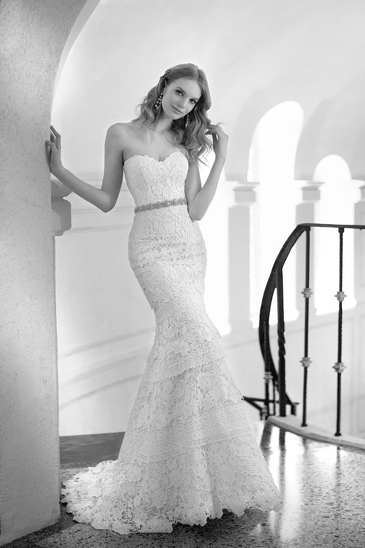 This strapless fit-and-flare #weddinggown features layers of Venice and European Laces detailing! {@martinaliana}