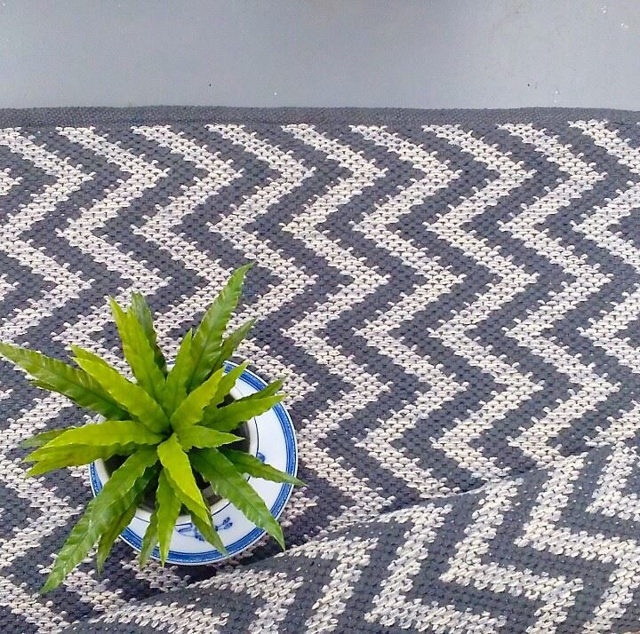 The 'Pontus' zig zag geometric rug looking punchy and bold with our blue and white china planter and plate set! From Skandihome.com