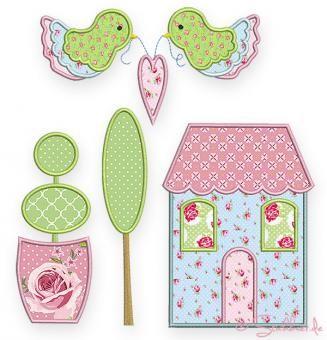 Cottage Sampler Quilt Collection In dieser Stickkollektion findet Ihr 15 verschiedene Applikationen im Landhaus-Stil, die sich alle ganz wunderbar kombinieren lassen.  Die Häuser, Herzen, Blumen, die Bäume, den Buchsbaum, die Vögel könnt Ihr auf einzelne Stoffstücke sticken und diese dann zu einem ganz großen Quilt zusammen nähen. Aber auch nur wenige der Applikationen ergeben bereits einen wunderbaren Wandbehang, ein Tischset, Kissenbezüge und viele andere schöne Dinge.