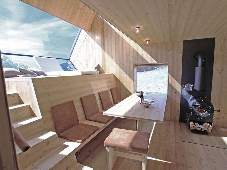Berghütte Innendesign Lärchenholz Wandverkleidung Kaminofen Eingangsbereich Kleiderhaken
