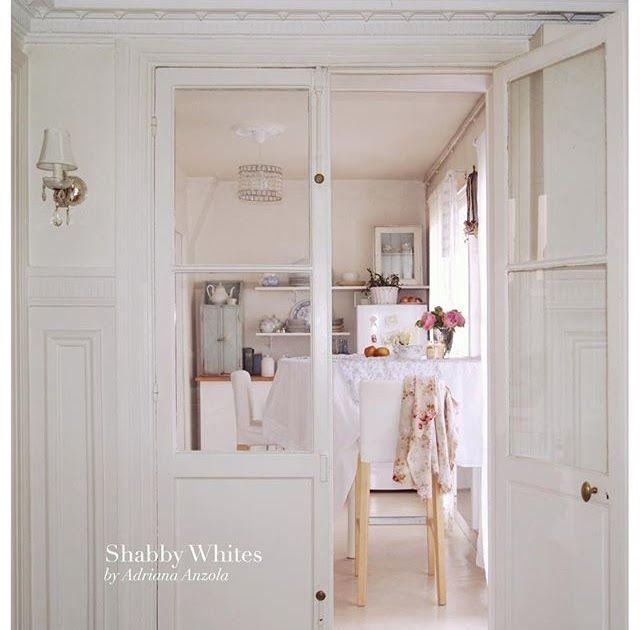 Buon pomeriggio… La casa parigina della decoratrice d'interni Adriana Anzola è una delle più belle case in stile shabby chic che io a...