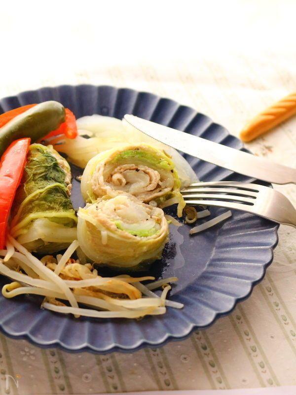 白菜の外側の大きな葉を使い、豚バラ肉をまいてロールキャベツならぬロール白菜を作りました。    鍋にかけるときに、一緒にもやしとピーマンとパプリカを。どれも火が通りやすい食材を選んでますが、人参や玉ねぎなどでもOK。    味付けは塩コショウだけですが、味わい深い一品です。  お好みで、食べるときにオイスターソースやバルサミコ酢などをかけても。    ワインをお供に、ガーリック風味のパンと食べたい一品です♪