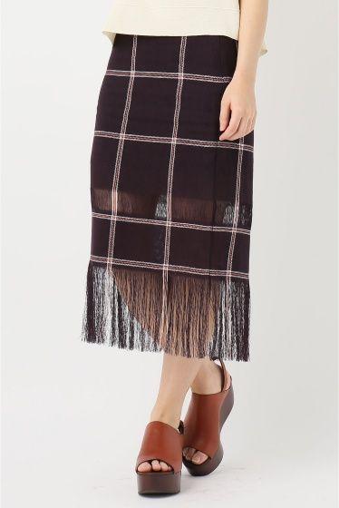 MSGM 裾フリンジ スカート  MSGM 裾フリンジ スカート 50760 チェックスカートは長めのフリンジデザインが特徴的な一着 シックで落ち着いた色合いは大人スタイルにお勧め 見た目のチェックとは違い麻の織り生地で夏に涼しく着られます MSGM(エムエスジーエム) マッシモジョルジェッティが手掛けるイタリアのファッションブランド 2004年からデザイナーとして活動をし2009年に自分のブランドMSGMを立ち上げた デザイナー自身が愛するインディーミュージックやコンテンポラリーアートの新しい傾向を組みわせることでMSGMはまるで万華鏡の中に広がる世界の様に様々な色形ライン等の結合により真新しいパターンを生む MSGMは人々が服を着ることによって自由個性や創造性を発揮する方法を与える モデルサイズ:身長:156cm バスト:76cm ウェスト:58cm ヒップ:86cm 着用サイズ:XS