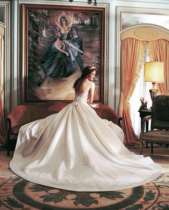 どこまでも気品溢れるディテールが美しいドレス * * バストアップもゴージャスな為、高砂にお座りいただいたままの写真撮影も花嫁さまの魅力をより一層引き出します♡ * 長いバージンロード挙式の花嫁さまに特に人気となっています♡ * *  #deardress #wedding #weddingdress #NeoClassic #東京#自由が丘 #ウエディングドレス #ウエディングドレスレンタル #ウエディング #ブライダル #ドレスレンタル #ドレス試着 #ドレスフィッティング #ドレスショップ #結婚式 #結婚式準備 #プレ花嫁 #花嫁 #マーメイドドレス#ビスチェ #ボレロ #ホテル婚 #ホテルウエディング #大人婚 #レストランウエディング #ランキング #ドレス迷子#Aライン#プロポーズ #婚約