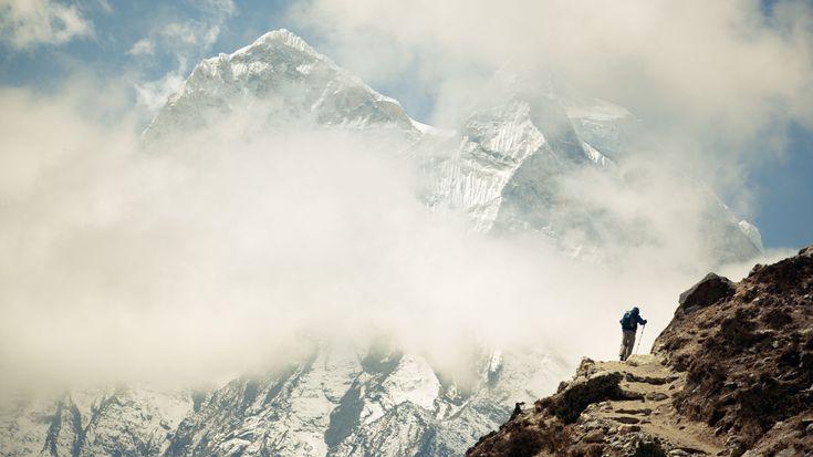 Der Mount Everest ist einer von insgesamt zehn Achttausender Gipfeln im Himalaya Gebirge und ist mit 8.848 Metern der höchste Berg der Erde. Aus der Geschichte seiner Erstbesteigung keimte im Kopf von Tashi Sherpa die Idee, eine Outdoor-Marke zu gründen, die sich den Ansprüchen der Sherpas würdig erweist und ihrer Leistung Respekt