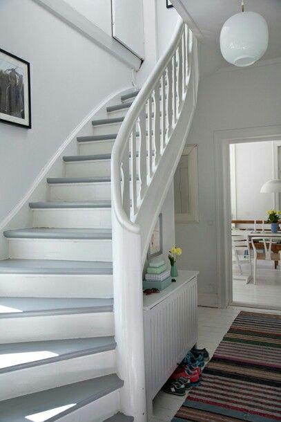 Holztreppe weiß - grau