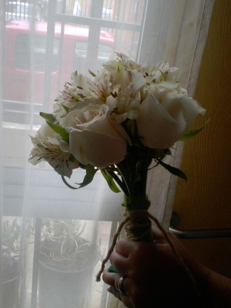 Ramo de novia, rosas y astromelias