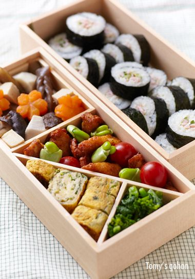Picnic Bento for Spring お花見弁当 シンプルな布の上で、春らしい彩りと食材が引き立ち、とても綺麗です。