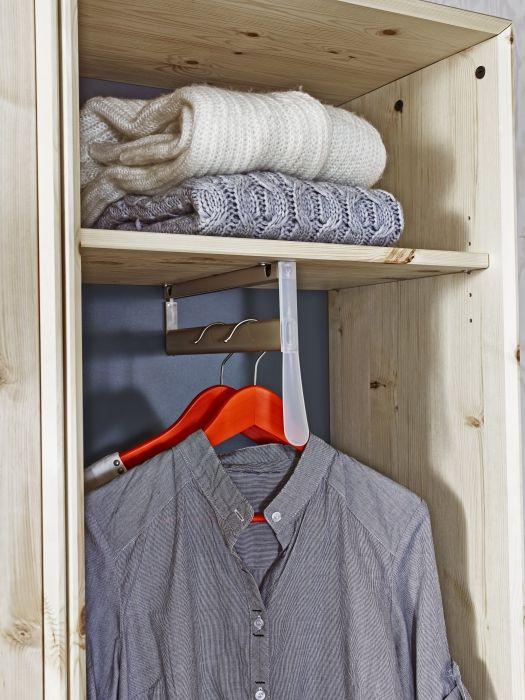 NORNÄS klädskåp i obehandlad massiv furu, akyllack och akrylfärg. 1 utdragbar klädstång och 2 justerbara hyllplan medföljer. B56×D44, H202 cm.