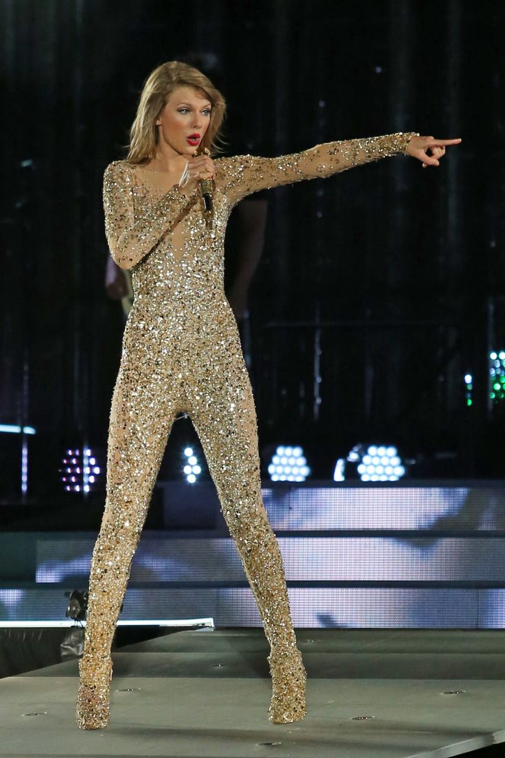 """Taylor performing """"Out Of The Woods"""" during the 1989 World Tour in Vancouver, BC. on August 01, 2015."""