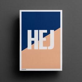 Die Schweden machen's vor. Ob als Grußformel oder Anmache - ein schlichtes `Hej` macht sich doch immer ganz gut. Warum also nicht auch an der Wand?Motiv: Hej / Blue-SalmonMaße: 50 x 70 cmLieferung ohne Rahmen, gerollt in einer Versandhülse.Konzipiert im DESIGNKVARTER STUDIO.