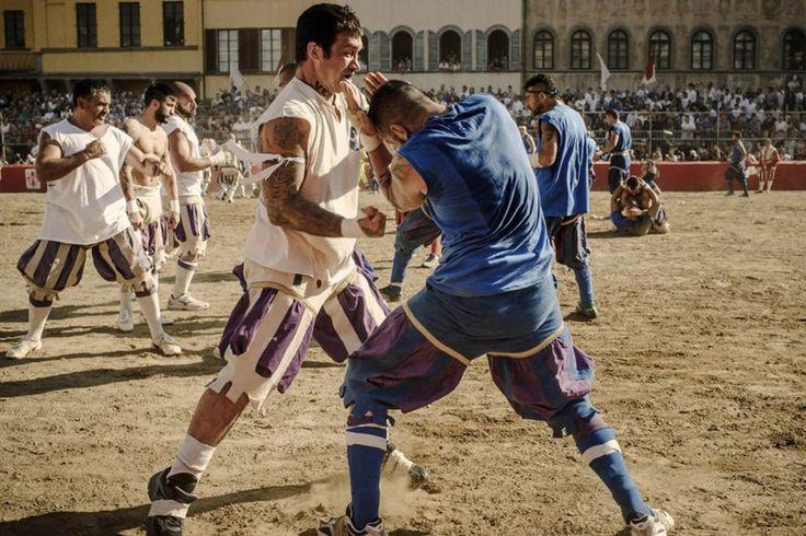 Современные гладиаторы https://mensby.com/video/entertainment/6051-modern-gladiators  Флорентийский кальчо - это не изнеженный современный футбол, где игроки имитируют травмы. Это спорт для настоящих мужчин, привыкших к бескомпромиссной борьбе за победу.
