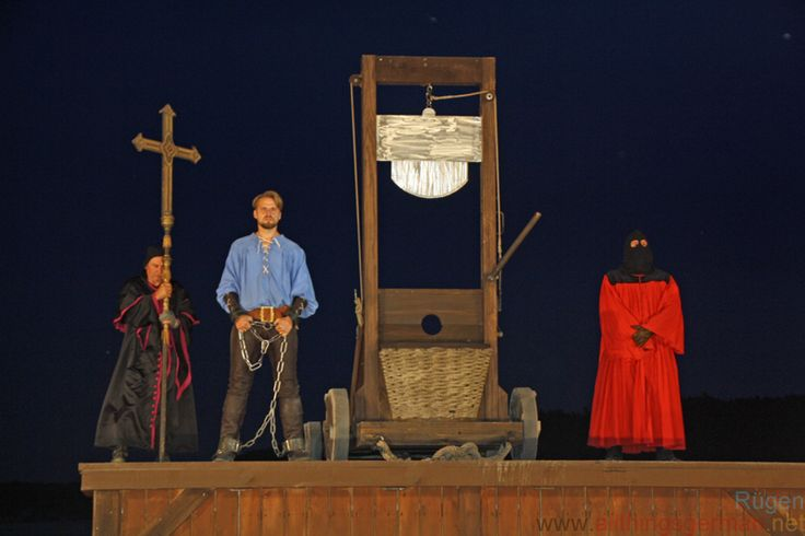 The end of the cycle at the Störtbeker Festspiele on Rügen can only mean one thing: Klaus Störtebeker is going to lose his head at the end of the evening.  But before we things get that far, there is a story to finish telling.