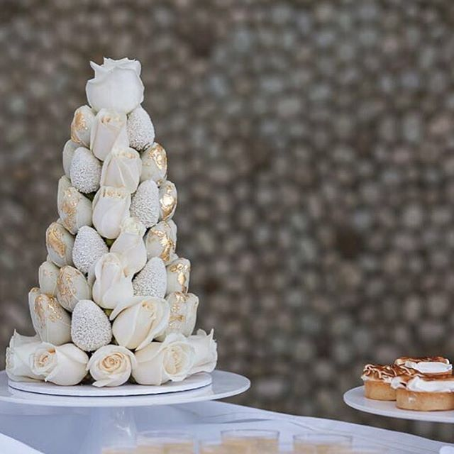 White & Gold Strawberry Tower | @strawberriesandco_ @georgiagrav | #bridesjournal