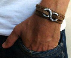 Cal Brown Herren-Armband - Männer Infinity Armband - Männer Schmuck - Mens Armband - Mens Schmuck - Männer - Mens Geschenk - Freund Geschenk - Mens Infinity Armband--Schmuck für Männer - Armband für Männer - Geschenk für Männer - Herren Accessories - Guy Geschenke - Guy Armreife - Guy Schmuck - Freund Geschenk - Ehemann Geschenk Sie suchen ein Geschenk für Ihren Mann? Sie haben das perfekte Element dafür gefunden! Das einfache und schöne Armband kombiniert dunkelbraunem Stoff welche…