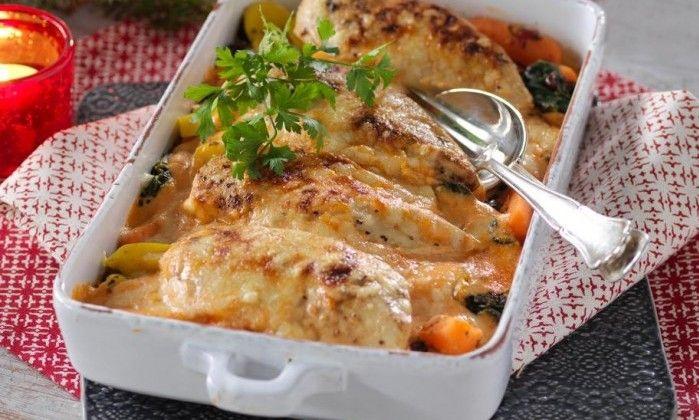 Kycklingfilé och en fryst grönsaksmix är huvudingredienserna i den här lättfixade gratängen. Chilisåsen kan bytas mot mot senap, sweet chilisås, ajvar relish eller pesto.
