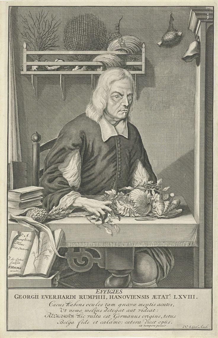 Jacob de Later | Portret van Georg Everhard Rumphius, Jacob de Later, François Halma, 1696 | Georg Everhard Rumphius, geleerde en natuuronderzoeker op Ambon, in zijn studeervertrek. Hij zit aan een tafel waarop boeken, planten en schelpen. Tegen de wand een rekje met koraal en andere vondsten uit de zee. Links op de voorgrond staat een opengeslagen boek van Rumphius zelf opgesteld. Onder het portret een tekst in Latijn.