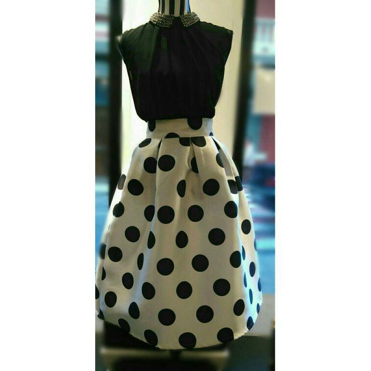 Falda midi lunares con blusita negra a juego. Precio único 25€