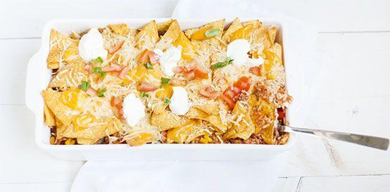 Mexicaanse ovenschotel met zure room, nacho cheese chips, tomaat, rijst, knoflook, mexicaanse kruiden, cheddar en gerapste kaas. Makkelijk diner.