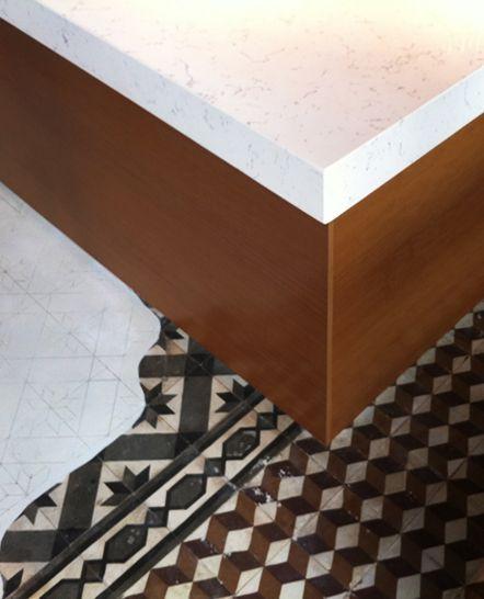 Αναπαλαιωμένο δάπεδο με παλιά τσιμεντένια πλακάκια σε café . Δείτε περισσότερα έργα μας στο  http://www.artease.gr/interior-design/emporikoi-xoroi/