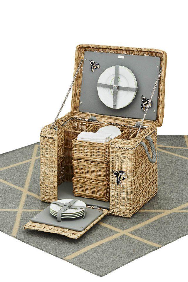 Un panier pour le pique-nique, Dior Home. Ce panier dédié au pique-nique avec tout son nécessaire séduit pour son air rétro. Il évoque le temps des déjeuners sur l'herbe dans la campagne anglaise... ou française, au choix !