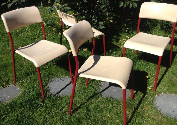 60-luvun tuolit punaisilla metallijaloilla ja beigeillä muovisilla istuisosilla . chairs from '60s with red metal feet and beige plastic seats