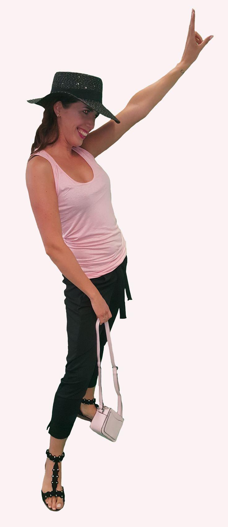 Scoor de complete outfit Beware of the Back inclusief 10% korting voor maar € 102,95 compleet met hemdje met kanten rug, zwarte broek, hoed, sandalen en roze tas. GRATIS VERZENDING!!