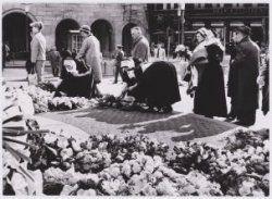 Herdenking gevallenen 1940-1945 Nadat Koningin Juliana en Prins Bernhard een krans hadden gelegd volgde een defile. Op de foto: een paar vrouwen in Urker kostuum. 1963 Collectie Stadsarchief Amsterdam #Urk