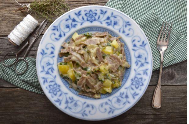 Beim Mangold den Strunk abschneiden. Mangold-Stiele aus den Blättern herausschneiden und in schmale Streifen schneiden. Mangold-Blätter ebenfalls in Streifen schneiden, Erdäpfel würfeln.In einem Kochtopf Salzwasser aufkochen, Erdäpfelwürfel und Mangoldstiele hineingeben und 3 Minuten kochen lassen. Mangoldblätter hinzufügen und weitere 5 Minuten kochen. Pizzoccheri einlegen und ca. 15 Minuten mit Gemüse kochen.Knoblauchzehen schälen und mit dem Messer drucken. Butter in der Pfanne erhitzen…