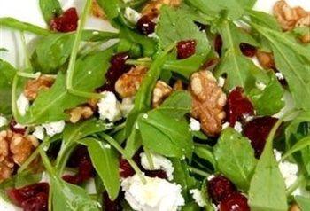 Salade met geitenkaas, cranberries en walnoten