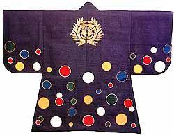 水玉模様陣羽織 江戸時代に外国との貿易によってもたらされた羅背板という薄い毛織物で作られた陣羽織。背には大きな伊達家の家紋が刺繍されており、この模様は地を円形にくりぬき色を変えた円形模様をはめる切嵌という技法を用いている。この特徴的な水玉模様は当時は「紫地羅背板五色乱星」の名で示されており、水玉ではなく星とされていた。