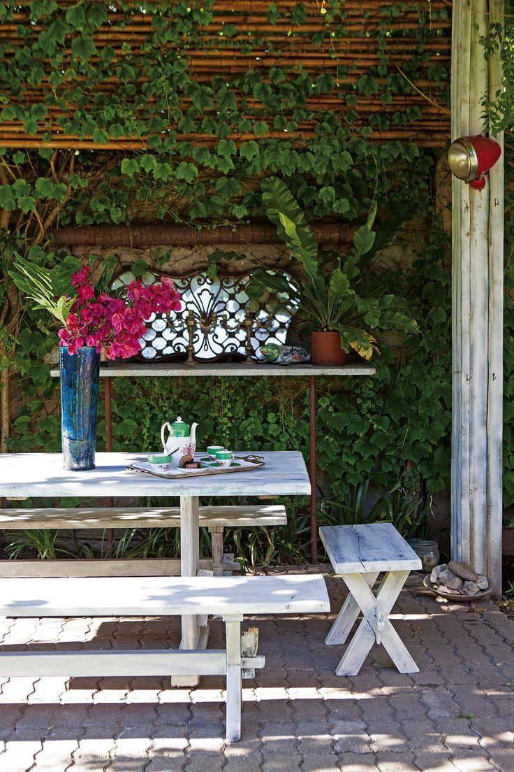 Galería y patio rústicos tipo campestres en una casa reciclada del Bajo San Isidro.