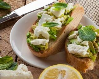 Tartine à la purée d'avocat, au citron, au fromage frais et à la menthe pour collation salée spéciale chrononutrition : http://www.fourchette-et-bikini.fr/recettes/recettes-minceur/tartine-la-puree-davocat-au-citron-au-fromage-frais-et-la-menthe-pour