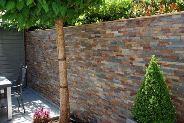 Steenstrips tegen de muur buiten. Ook dat is mogelijk, en geeft een hele mooie sfeer aan de tuin... Type Tesu Multi Color.