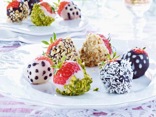 Schokoladen überzogene Erdbeeren mit Nüssen