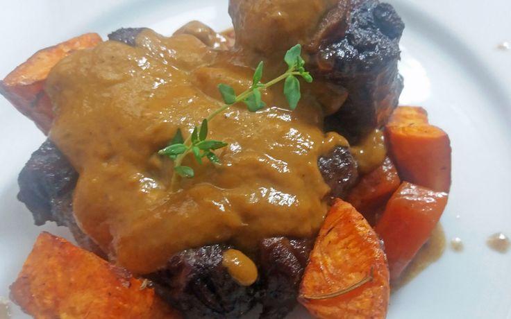Rabo de vacuno braseado con naranja y boniato http://www.carnivorosgourmet.es/ver_recetas_gourmet.php?id_receta=390 #recetas #gastronomía de Rubén Cordero