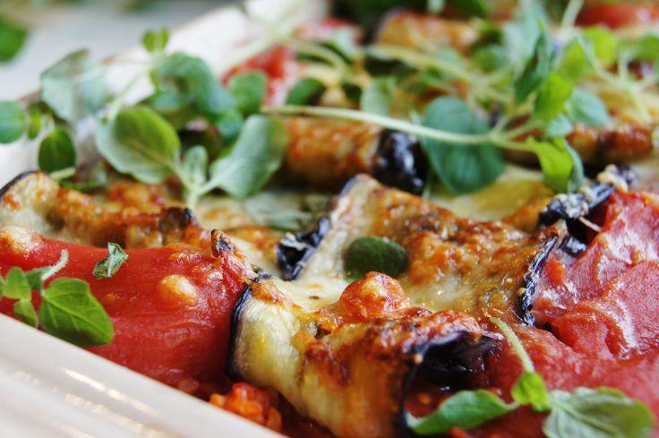 Bulgurgratäng med aubergine- och mozzarellarullar Det här är en jättegod gratäng, gjord på bulgur, aubergine och mozzarella. Ett tips är att göra en stor sats när man ändå håller på. Perfekt att frysa in och plocka fram då orken tryter. Fyllningen kan varieras efter tycke och smak, till exempel med halloumi, färsk salvia, fetaost och goda oliver. En fin grönsallad är gott till!