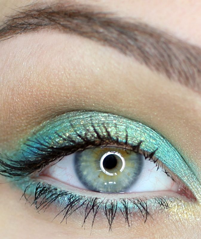 Summer makeup in gold & turquoise. A unique look… I don't see many people with that combination of eyeshadow.