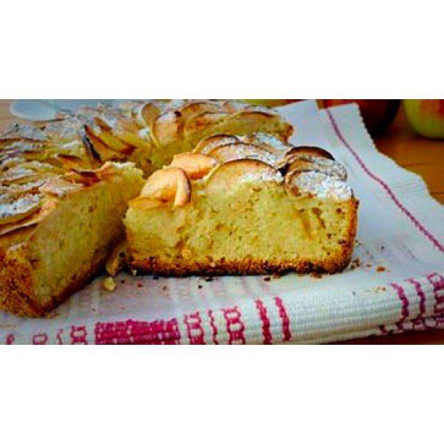 Har du noen epler til overs?  Prøv denne saftige eplekaken uten sukker. Oppskriften finner du på kosthold.diabetes.no - skriv eplekake i søkefeltet. Ha en fin lørdag #eplekake #kake #epler #dessert #høst #oppskrifter #inspirasjon #kunnskap #kosthold #diabetes by diabetesforbundet