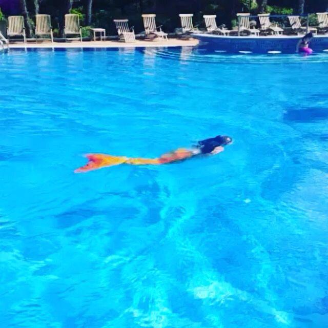Küçük denizkızı Anna, okulların tatil olduğu Atatürk'ü Anma Gençlik ve Spor Bayramı gününü, Magictail denizkızı kostümüyle yüzerek geçirdi? Hadi sen de bize katıl! www.magictail.com.tr