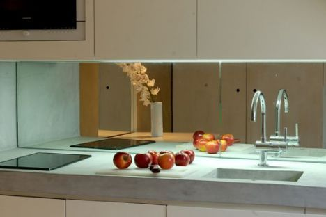 "La crédence de cuisine miroir, espace et clarté<span class=""normal italic"">© www.credence-inox.com</span>"